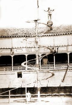 Equilibrista ascendiendo por la Montaña en espiral en la antigua plaza de toros de Madrid. (FOTO: J. Laurent, 1857)