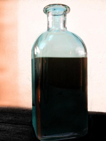 """En """"La Asturiana"""", el vino se trasegaba de unos bidones pásticos a las frascas de vidrio grueso, que se iban vaciando mientras llenaban un vaso tras otro. (Foto: Enrique F. Rojo, 2012)"""