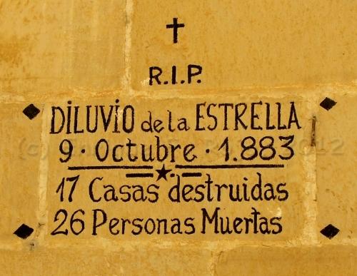 Inscripción recordando a las víctimas del desastre de La Estrella, en la fachada de un eificio de la aldea.
