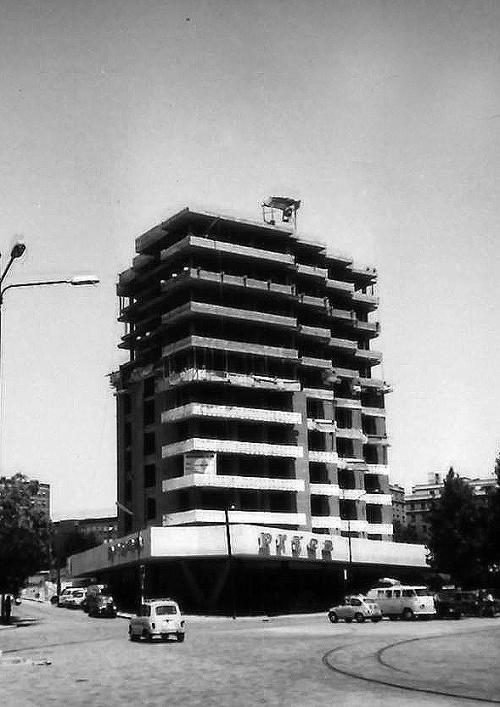 e Velázquez 136. Año 1964. Bajo la marquesina los supermercados Pryca.
