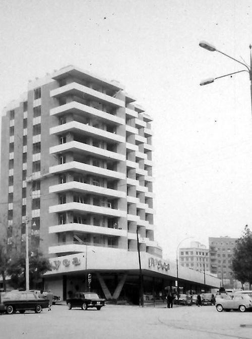 Calle Velázquez 136. Año 1966. Bajo la marquesina los supermercados Pryca.