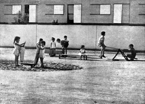 Niños jugando en parque de juegos en el Poblado Dirigido de Orcasitas en piezas de madera diseñadas por el escultos vanguardista Ángel Ferant.