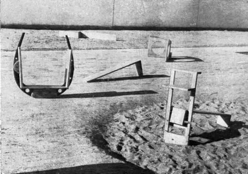 Elementos de juego en un parque en el Poblado Dirigido de Orcasitas en piezas de madera diseñadas por el escultos vanguardista Ángel Ferant.