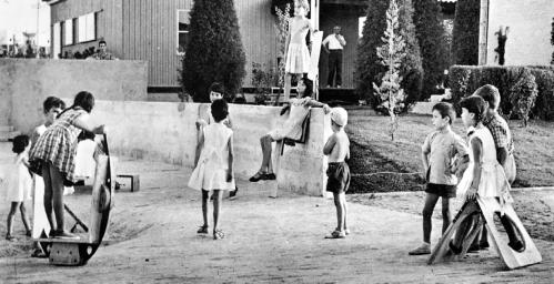 Niños jugando en parque de juegos en el Poblado Dirigido de Orcasitas en piezas de madera diseñadas por el escultos vanguardista Ángel Ferant. (Foto: Antonio Vázquez de Castro, c. 1957)
