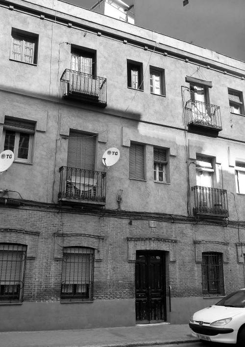 Edificio en la calle de Canillas número 75. Era una vivienda obrera de la primera o segunda década del siglo XX. (Foto: Enrique F. Rojo Escobar, 2007)