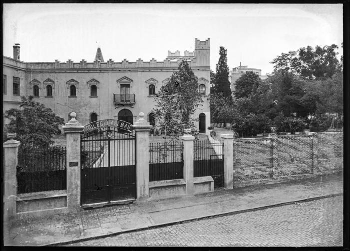 [Vista de la entrada al Colegio Alemán de Madrid a través de v